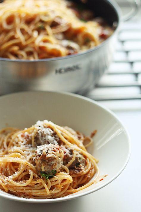 Tein taannoin mielettömän herkullista lihapullaspagettia ja se upposi muullekin perheelle niin hyvin, että se ansaitsee ehdottomasti oman p...