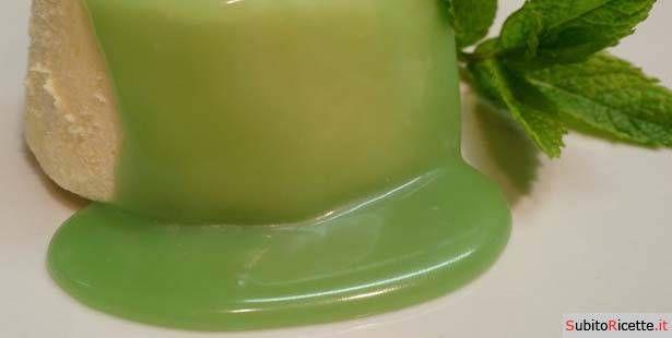 Una salsa dolce a base di menta e panna, ideale per accompagnare torte ed altri dolci. Scoprite la ricetta.