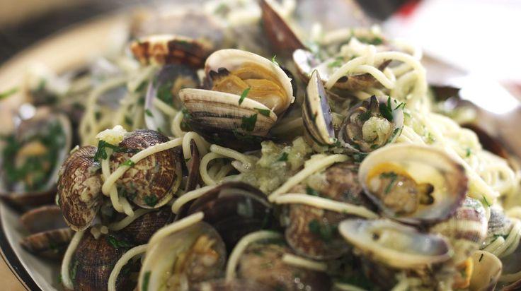 Een onvervalste pasta alle vongole maak je à la minute klaar. In geen tijd staat er een geurige pot genot op de tafel. Gebruik wel verse venusschelpjes!