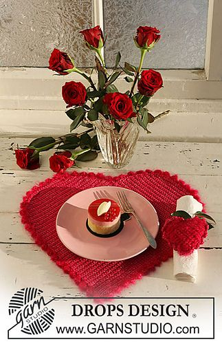 0-533 Crochet Valentine heart-shaped table mat and serviette ring