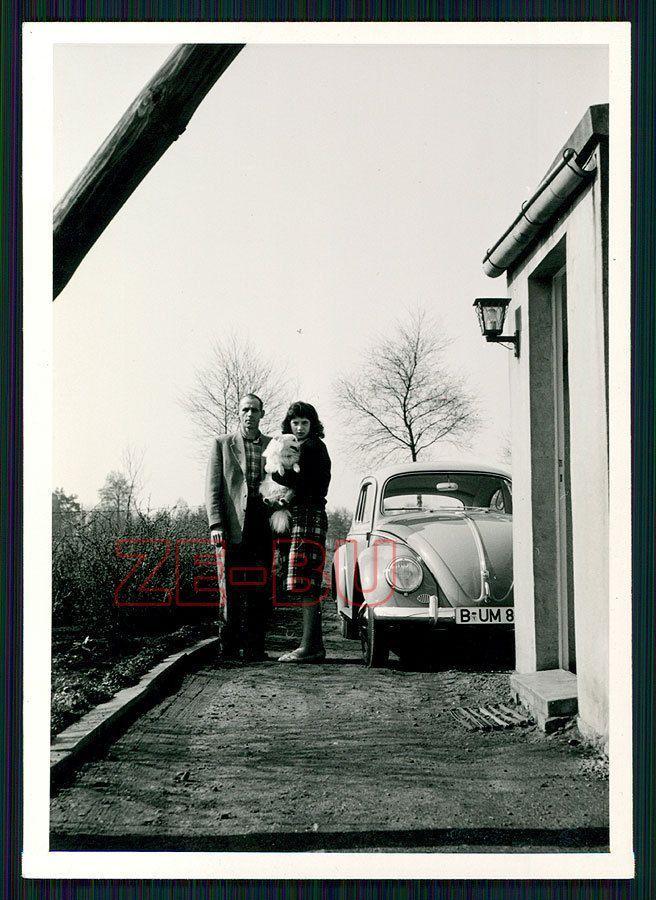 altes Foto Pärchen mit Hund Spitz neben Auto VW Käfer 1950er Jahre dog – #1950…