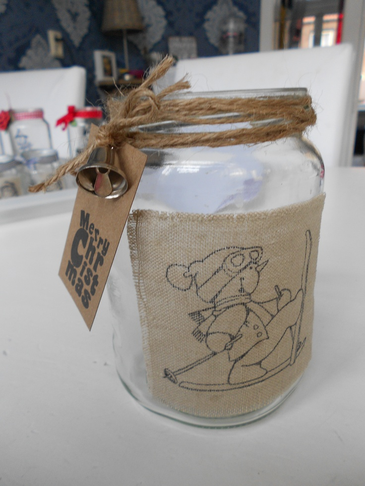 Stempelen met watervaste inkt op stof is ook erg leuk om te doen. Ook weer leuk te gebruiken op een glazen pot.