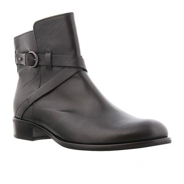 Kort sort skind støvle med sølv spænde på siden og microfoer samt sort gummisål. Hælhøjde 3 cm Skaftelængde 14 cm