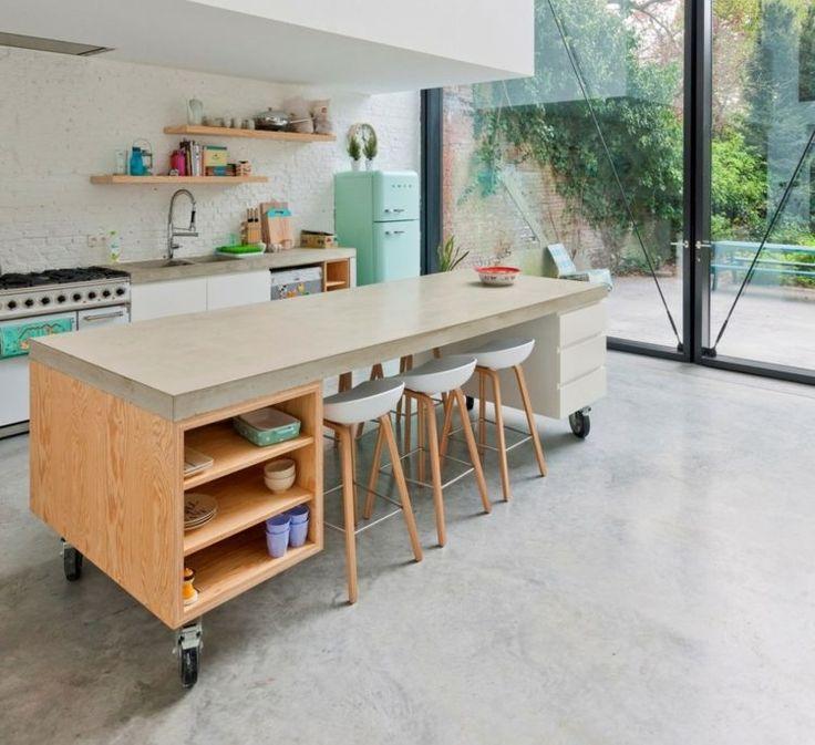 Mobile Kücheninsel und hellblauer Retro Kühlschrank
