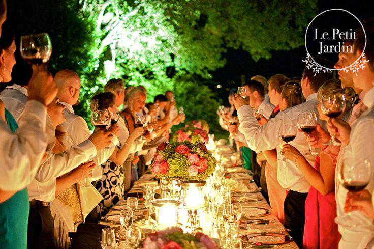 Tavolo imperiale: composizioni di ortensia verde e rose fucsia su alzate in argento, intervallate a portacandele in argento di diverse altezze