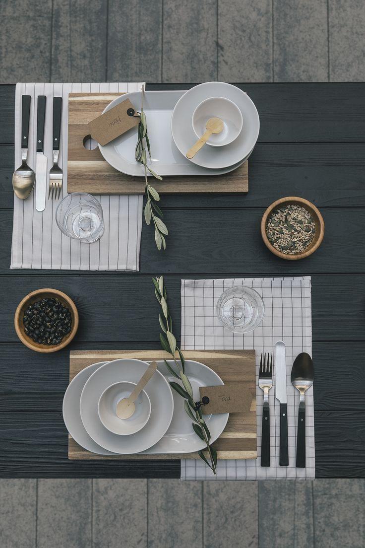 Kies voor verschillende soorten servies in dezelfde tint en varieer met materialen. | #STUDIObyIKEA #HowToStyle #eettafel #diner #stylen #tips