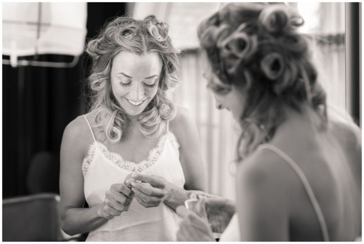 Bride getting ready. Bröllopsfotograf Göteborg, Wedding in Gothenburg, Sweden #gettingready #bw #details #preparations #förberedelser #candid #weddingportraits #bröllop #citywedding #wedding #portraits #bröllopsporträtt #classic #stylish #bröllopsporträtt #bröllopsdag #moments #weddingday #modern #annalauridsen #kullafoto #bröllopsfotograf #göteborg #bryllup #bryllupsfotograf #bröllopsfotografgöteborg #skönhetsfabriken #hotelpost [Photo by Anna Lauridsen Kullafoto]