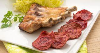 Receta de Costilla de cerdo asada con chips de remolacha
