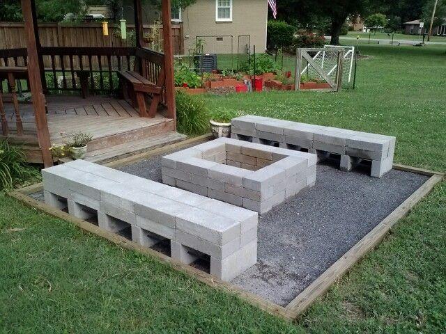 Feuerstelle und Bänke. 4 * 4 * 10 Umfang. Stützmauerblockkleber zum Einstellen von 4 * 8 * 1