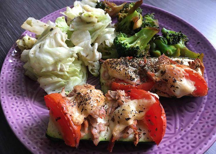 Schnelles Mittagessen: Überbackene Zucchini mit Brokkoli und Salat