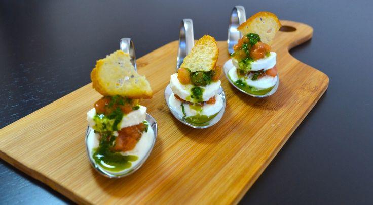 Geballte italienische Aromen auf einem Löffel: Der klassische Tomaten-Mozzarella-Salat, serviert als Mini-Variante, begeistert sowohl optisch als auch geschmacklich. Ganz besonders wird der Caprese-Happen durch den hauchdünnen Ciabatta-Cracker und die kräftige Basilikum-Vinaigrette.