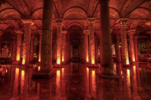 ダン・ブラウンの小説「インフェルノ」にも登場するイスタンブールの地下に眠る幻想的な「イスタンブル地下宮殿」   tabit[タビット] http://tabit.jp/archives/10917