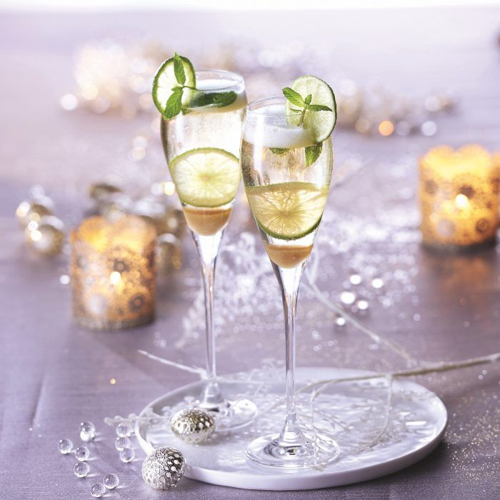 Préparation : 5 min. Ingrédients (pour 1 flûte) – 10 cl de Champagne – 5 cl de Rhum brun cubain – 1 cuillère à café de sucre de canne brun en poudre – 4 feuilles de menthe