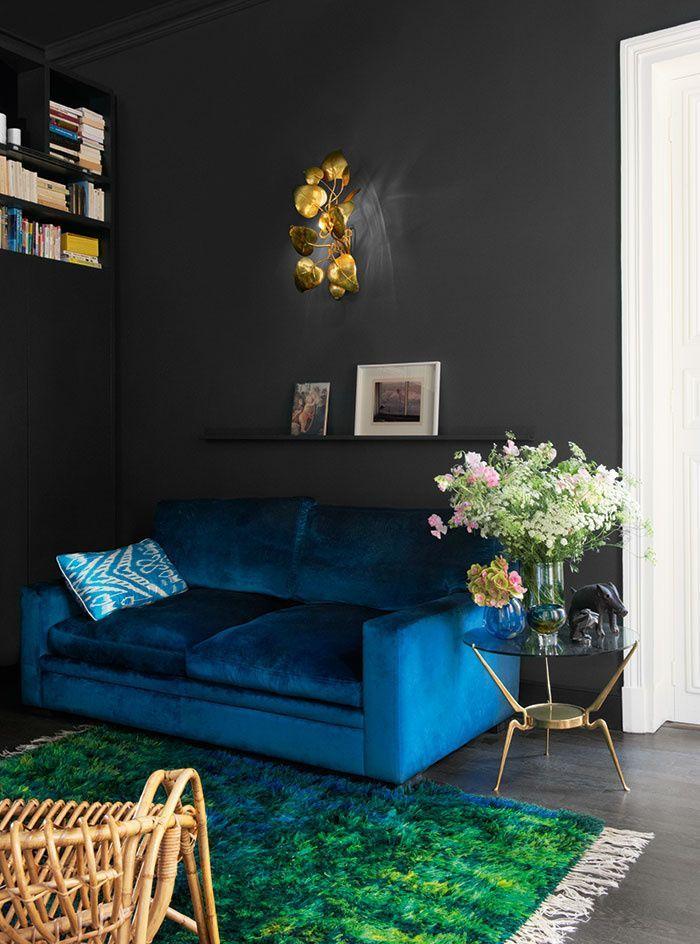 Black, Blue, Green Living Room | Pièces électriques et espaces sereins se succèdent en enfilade dans un appartement parisien tout en harmonies contrastées, aux tonalités très travaillées.