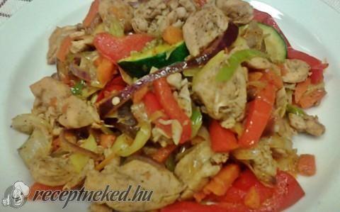 Zöldségekkel sütött csirkefalatok