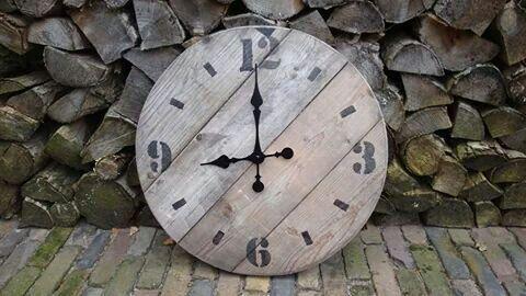 Tik tak old wood clock. Handmade bij leeuw-design