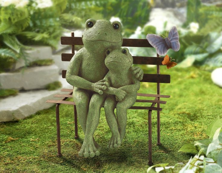 Mama frog with baby frog on bench #Frogs #Figurine #GardenDecor #Butterfly…