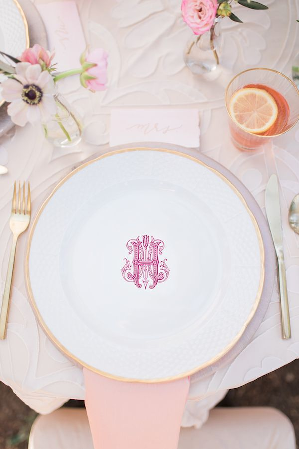 I've got my eye on these gold-rimmed monogrammed china from Sasha Nicholas. #swoon