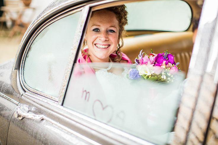 Bruid pikt bruid op bij ouderlijk huis, Homohuwelijk, Lesbische bruiloft, Gay wedding,  Holland, Nederland, Bruidsfotografie, Wedding photographer, Bruidsfotograaf | Dario Endara