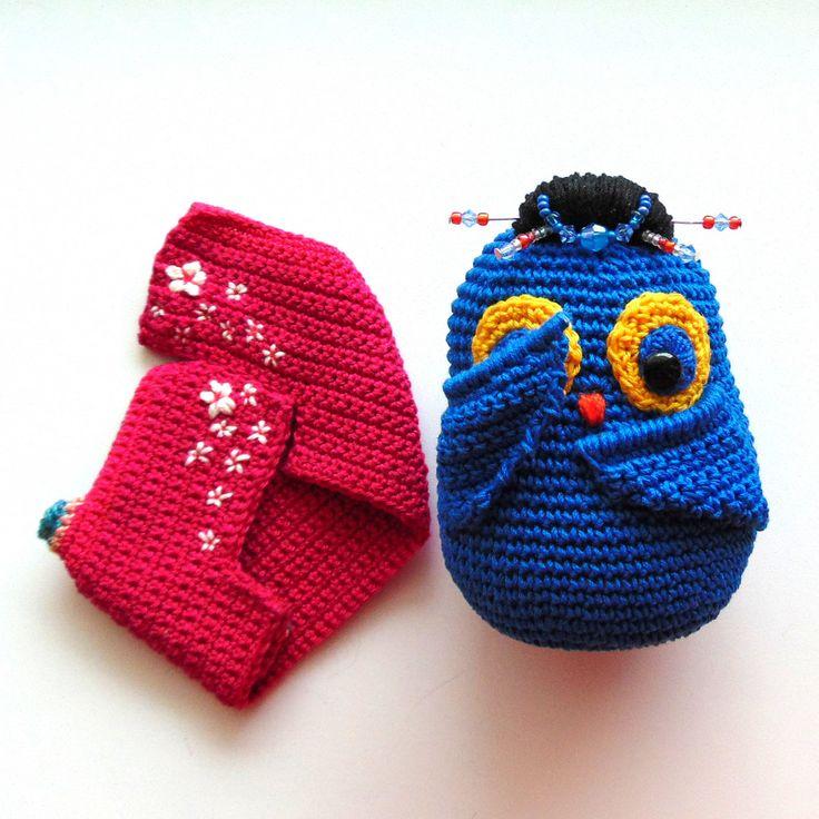 Интерьерная вязаная игрушка Сова Гейша ручной работы. Синего цвета, высота 11 см. Доставка по России и СНГ