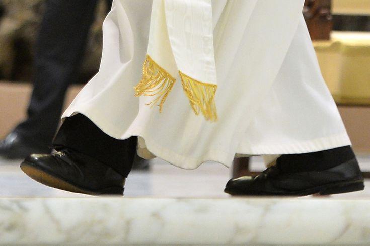 Au lieu des chaussures rouges papales, il porte aux pieds des chaussures noires qui, selon des sources, lui auraient été offertes par une veuve, en souvenir de son défunt mari.