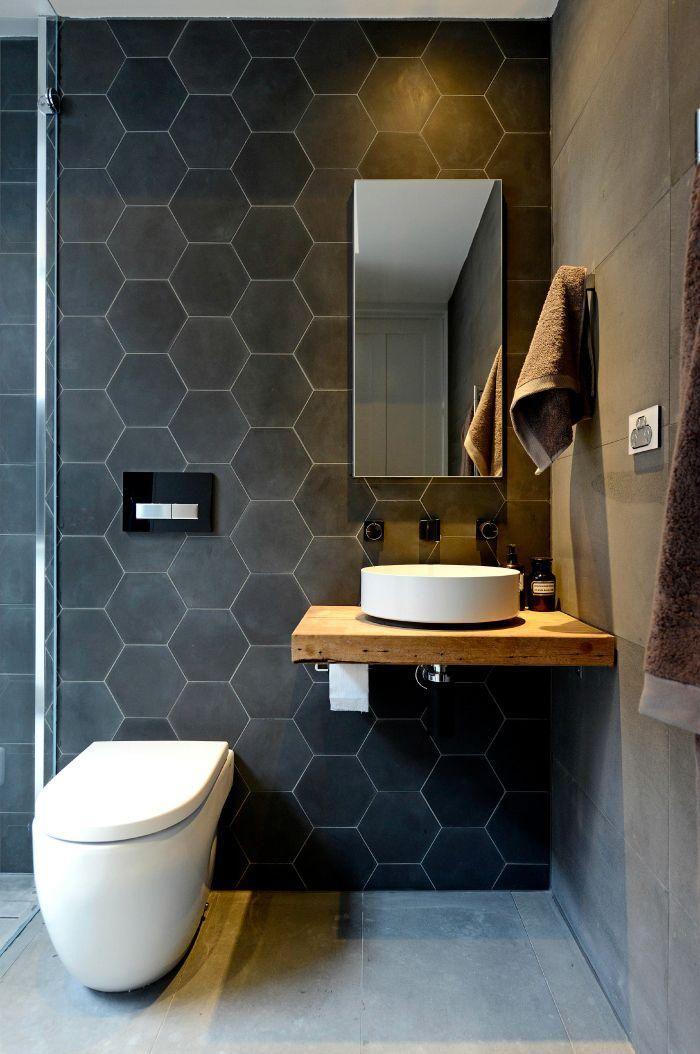 salle de bain scandinave, petit meuble sous vasque suspendu et carreaux hexagonaux