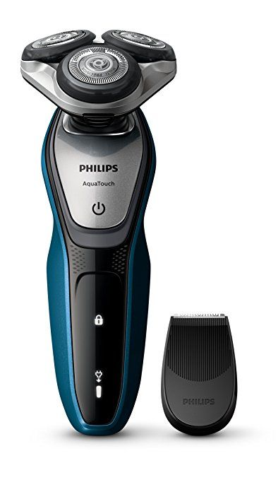 Philips AquaTouch Nass- und Trockenrasierer Präzisionstrimmer. Schonende Nass- und Trockenrasur, welche die Haut 10 x besser schützt als normale Klingen. Abgerundete Scherköpfe schützen die Haut. MultiPrecision Scherköpfe: die Klingen heben die Haare erst an und schneiden selbst lange Haare und kurze Stoppeln - für eine schnelle Rasur. 5-Direction DynamicFlex Heads: Anpassung des Scherkopfes in 5 Richtungen für eine gründliche, schnelle Rasur. Für Trocken- oder Nassrasur.