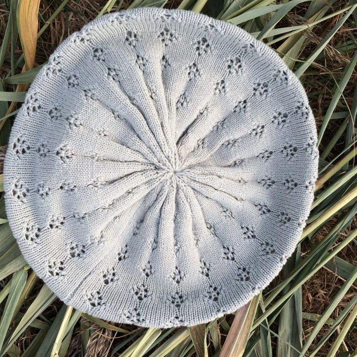 grijsgroene baret - sale - 4leafs4joy - cosy - katoen - hoofdomvang is 57 cm - elastische band onderin - wiebertjes motief - gehaakt patroon