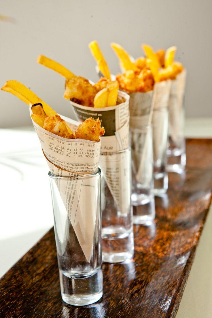 Patatas fritas en  cucurucho cono papel en vaso cristal catering party celebracion barato inexpensive party easy cute aperitivo Fish and chip shots!