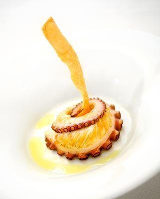 Spiedino di polpo verace con crema di ceci e salsa al rosmarino