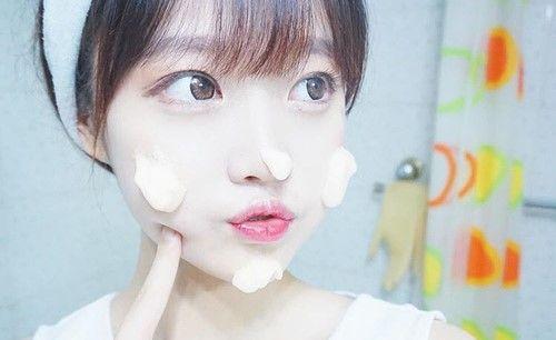 韓国人ってなんであんなに肌がキレイなの?こんな疑問を持ったことありませんか?韓国の女優さんも俳優さんもとにかくなぜかとっても肌がキレイ。実はその秘密は生活習慣にあったのです。読んだら今日から真似できる。韓国から学ぶ美しすぎる肌の秘密を徹底解剖しました♡