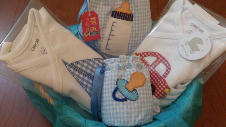 Canastilla lista para regalar a un recién nacido....se entregan envueltas en papel de celofán con un gran lazo. El contenido es completamente personalizable