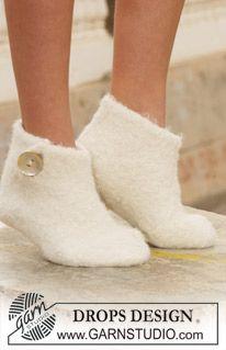 """Snow Slippers - Gefilzte DROPS Schuhe als perfektes Weihnachtsgeschenk in """"Alpaca"""" mit 2 Fäden gestrickt. - Free pattern by DROPS Design"""
