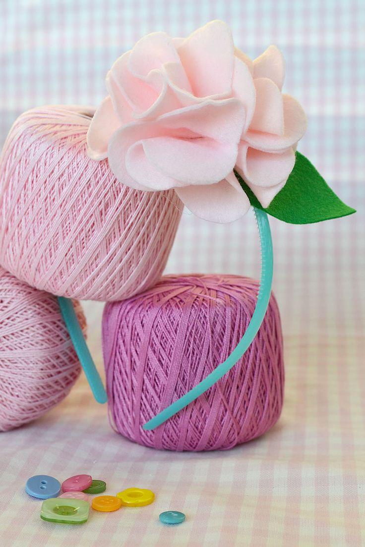 Un tutorial per realizzare un cerchietto con fiore di pannolenci, un'elegante idea regalo, ideale per completare le romantiche acconciature delle damigelle.