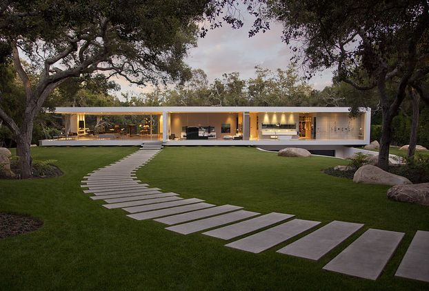 Gartenweg mit großformatigen Steinplatten