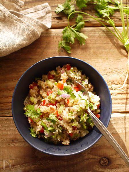 スーパーフード、キヌア。刻んだ野菜と混ぜるだけ。野菜の食感とキヌアのプチプチが楽しいサラダです。パクチーや紫玉ねぎ、ナンプラーでエスニックに。  高タンパク低カロリー、栄養価の高いキヌアたっぷりのサラダは、主食としてもおすすめです。