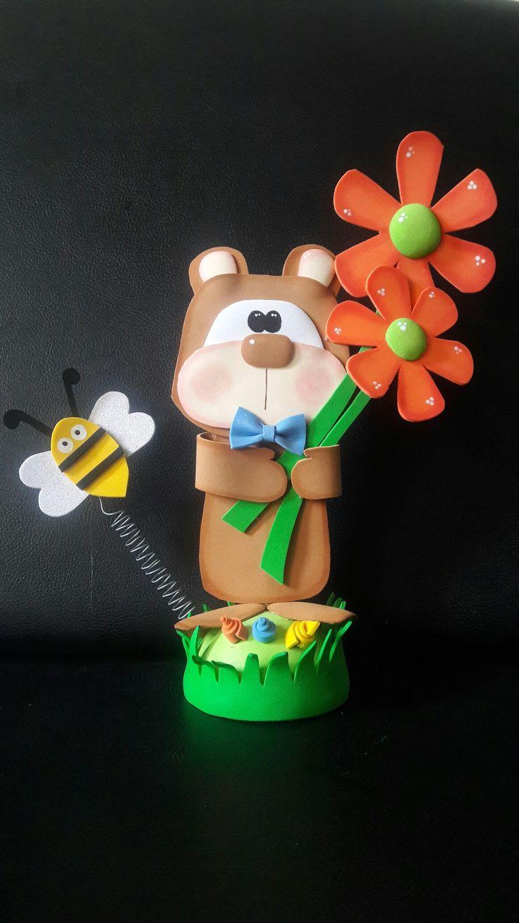 Tierno oso en foami o goma eva con flores para ti mama