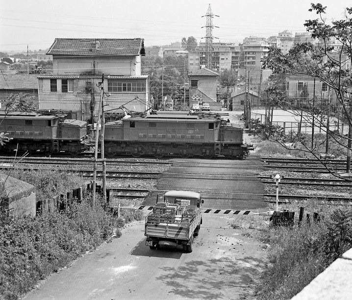 Il passaggio a livello che sorgeva tra Via della Batteria Nomentana ed il Borghetto di Vigna Mangani lungo la ferrovia.