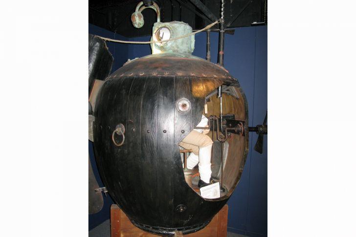 David Bushnell bouwde de eerste operationele onderzeeër. Tijdens de Amerikaanse Onafhankelijkheidsoorlog in 1776 moest zijn vaartuig Turtle een springlading op een Brits oorlogsschip bevestigen, maar de operatie mislukte.