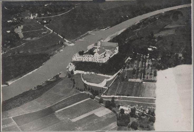 Tyniec - Wisła i Opactwo Benedyktynów z XI wieku. Widać zniszczone mury i dawne klasztorne ogrody. Opactwo zostało zlikwidowane w 1816 roku, długo czekało na lepsze czasy. Mnisi wrócili tu dopiero w lipcu 1939 roku. Trwającą aż do naszych czasów odbudowę rozpoczęli w 1947 roku.
