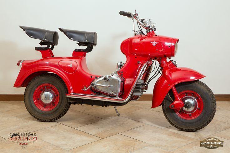 MOTO RUMI FORMICHINO Nazione: Italia Tipologia: Scooter Anno: 1956 Tipo di motore: Bicilindrico orizzontale a 2 tempi Cilindrata: 124,6 cc Potenza: 6,5 CV Cambio: 4 marce Velocità massima: 75 Km/h Colore: Rosso corsa