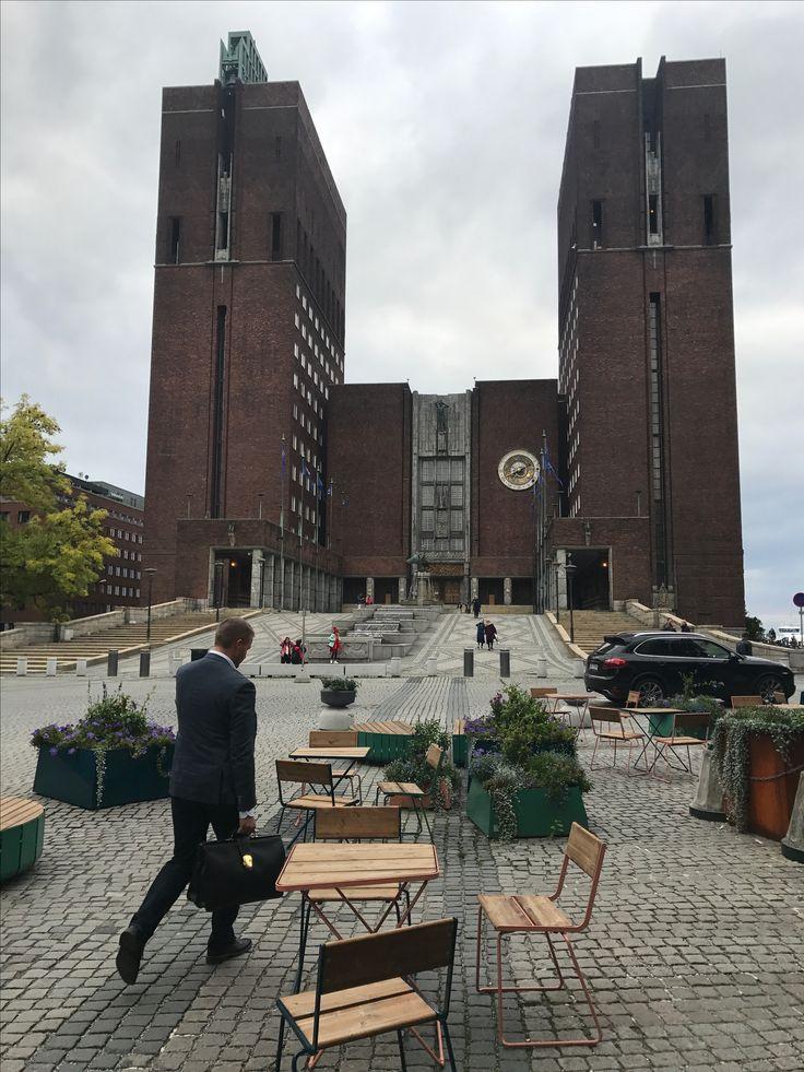 CM de Oslo / Oslo City Hall / Off to work!