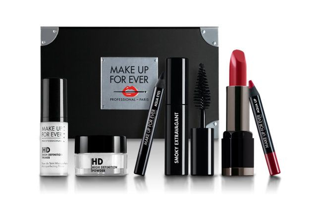 Make Up For Ever dévoile ce coffret Beauty Kit, destinés aux jeunes filles qui souhaitent apprendre à se maquiller. Ce kit propose donc tous les indispensables pour une mise en beauté simple et réussie. On retrouve ainsi : - 1 mini Base de teint HD - 1 mini base Poudre HD - 1 mini mascara…