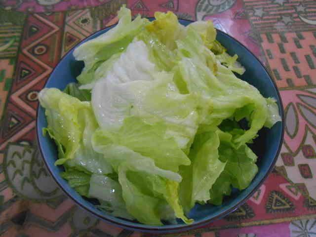 1週間は平気!レタスの保存に50℃洗い   50℃洗いでレタスの下ごしらえをしておけば、サラダやサンドイッチ作りも楽々。 驚きの長期保存法です。 ichimai   材料 レタス 1玉  作り方 1 レタスを適当な大きさに千切る。いつもは捨ててしまう、一番外のしなびちゃった葉も一緒にね♥ 2 大きめの鍋又はボウルに50℃のお湯を作る。温度計の無い方は沸騰したお湯と同量の水道水を混ぜれば大丈夫。 3 50℃のお湯に1のレタスをつけて、そのまましばらく置いておく。私は素手でお湯に手が入れられるまで放置してます。 4 しなびた葉っぱもシャキンと復活している筈です。水を切りタッパー等に入れて冷蔵庫で保存します。 5 写真のレタスは1週間前に50℃洗いしたものです。50℃洗いでレタスの切り口が赤く変色しなくなります。 6 これからは見切り品のレタスでも大丈夫ですね。 2014年3月21日話題のレシピ入りしました。有難うございます。 コツ・ポイント…
