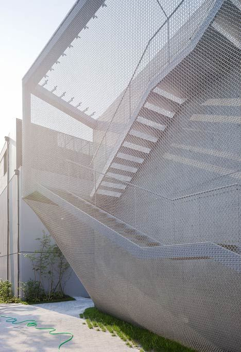 Chinese craftsmen welded and ground 510,000 stainless-steel links by hand to make the mesh blanket that fits precisely over the protruding lift shaft, stairwell and entrances of the Kukje Gallery at Seoul by New York architects SO-IL!