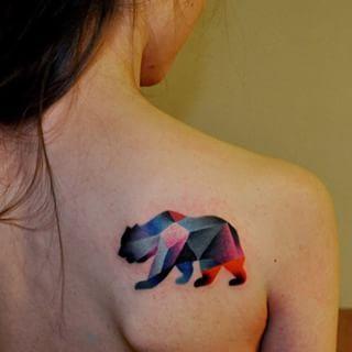Este oso abstracto. | 35 Diseños de tatuajes perfectos para el hombro