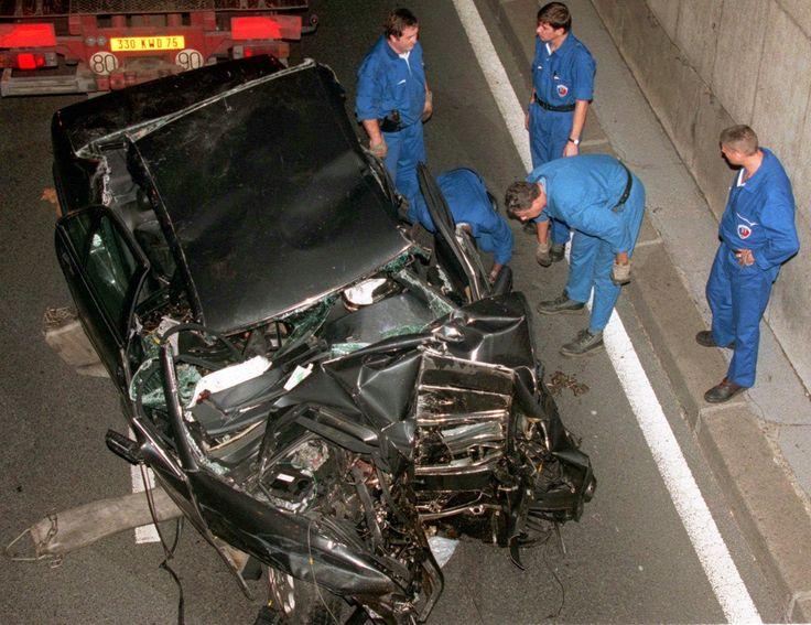 MORTE DA PRINCESA DIANA (1997) A então princesa de Gales acabou morta em um acidente de carro junto com o namorado Dodi Al Fayed e o motorista Henri Paul no túnel Pont de L'Alma em Paris, na França, no dia 31 de agosto de 1997. A investigação apontou que o motorista dirigia embriagado e em alta velocidade para fugir de fotógrafos. Teóricos de comunicação estudam o fenômeno como o primeiro evento midiático realmente universal da era da informação.