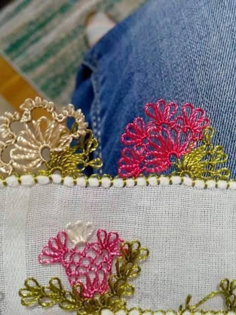 renkli çiçek iğne oyası modeli