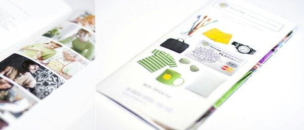 Kadr: fotografie w drukowanym albumie (folderze), płytka głębia ostrości.
