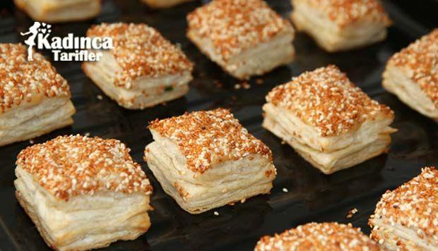 Simit Tadında Milföy Börek Tarifi en nefis nasıl yapılır? Kendi yaptığımız Simit Tadında Milföy Börek Tarifi'nin malzemeleri, kolay resimli anlatımı ve detaylı yapılışını bu yazımızda okuyabilirsiniz. Aşçımız: Sümeyra Temel